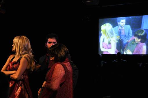 Vídeo-cenário de Anna Turra, com câmeras ao vivo para a peça Ópera de Sabão