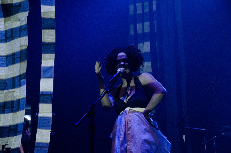 vídeo-cenário de Anna Turra para Anelis Assumpção - 2012
